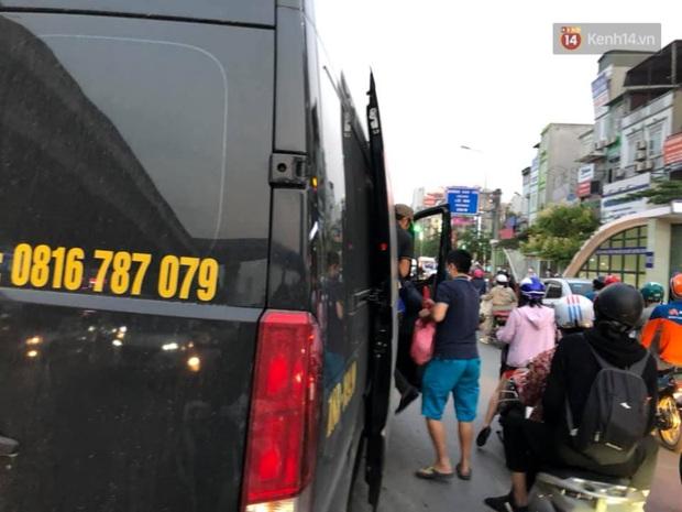Hà Nội: Nhiều tuyến đường ùn tắc kinh hoàng trong chiều 29/4, một số nhà xe bắt khách giữa đường - Ảnh 6.