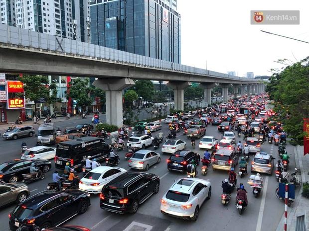 Hà Nội: Nhiều tuyến đường ùn tắc kinh hoàng trong chiều 29/4, một số nhà xe bắt khách giữa đường - Ảnh 11.