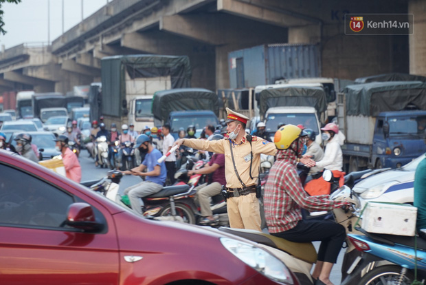 Hà Nội: Nhiều tuyến đường ùn tắc kinh hoàng trong chiều 29/4, một số nhà xe bắt khách giữa đường - Ảnh 4.