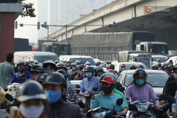 Hà Nội: Nhiều tuyến đường ùn tắc kinh hoàng trong chiều 29/4, một số nhà xe bắt khách giữa đường - Ảnh 1.