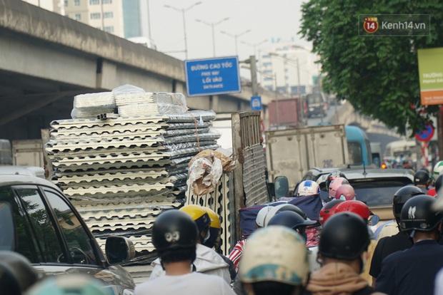 Hà Nội: Nhiều tuyến đường ùn tắc kinh hoàng trong chiều 29/4, một số nhà xe bắt khách giữa đường - Ảnh 3.