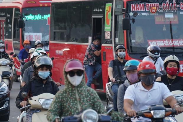 Hà Nội: Nhiều tuyến đường ùn tắc kinh hoàng trong chiều 29/4, một số nhà xe bắt khách giữa đường - Ảnh 5.