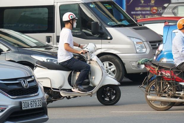 Hà Nội: Nhiều tuyến đường ùn tắc kinh hoàng trong chiều 29/4, một số nhà xe bắt khách giữa đường - Ảnh 9.