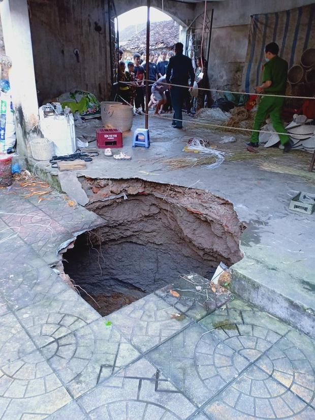 """Hà Nội: 6 người suýt bị """"hố tử thần"""" sâu 5m nuốt trọn xuống lòng đất - Ảnh 2."""