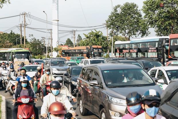 Ảnh: Người dân từ thành phố đổ về quê nghỉ lễ, các bến xe Hà Nội và Sài Gòn đông đúc sau thời gian giãn cách xã hội - Ảnh 26.