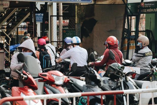 Ảnh: Người dân từ thành phố đổ về quê nghỉ lễ, các bến xe Hà Nội và Sài Gòn đông đúc sau thời gian giãn cách xã hội - Ảnh 29.