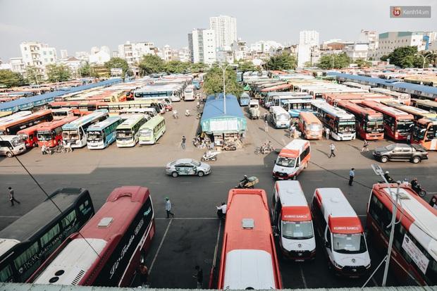 Ảnh: Người dân từ thành phố đổ về quê nghỉ lễ, các bến xe Hà Nội và Sài Gòn đông đúc sau thời gian giãn cách xã hội - Ảnh 21.