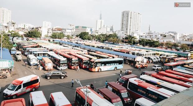 Ảnh: Người dân từ thành phố đổ về quê nghỉ lễ, các bến xe Hà Nội và Sài Gòn đông đúc sau thời gian giãn cách xã hội - Ảnh 22.