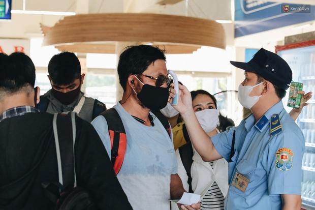 Ảnh: Người dân từ thành phố đổ về quê nghỉ lễ, các bến xe Hà Nội và Sài Gòn đông đúc sau thời gian giãn cách xã hội - Ảnh 25.