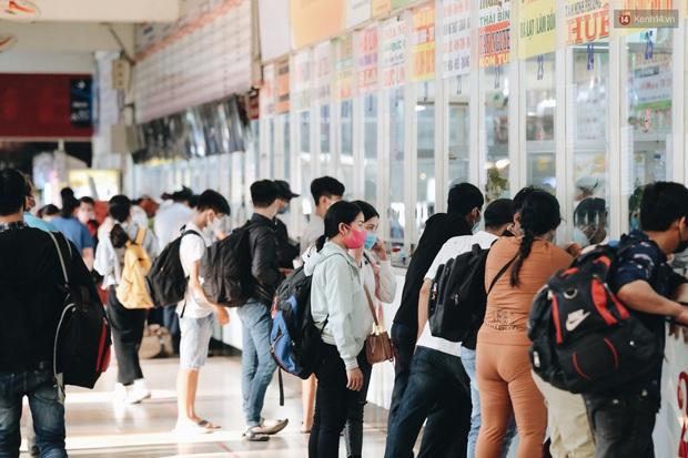 Ảnh: Người dân từ thành phố đổ về quê nghỉ lễ, các bến xe Hà Nội và Sài Gòn đông đúc sau thời gian giãn cách xã hội - Ảnh 23.