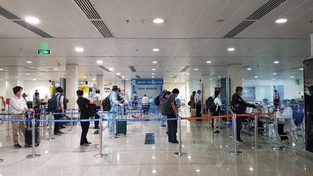 Hành khách phải kiểm tra y tế 2 lần trước khi lên máy bay - Ảnh 1.