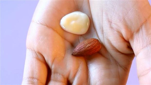 Bạn mà mắc 4 lỗi thoa kem dưỡng ẩm này vào mùa Hè, mụn kiểu gì cũng sinh sôi nảy nở và da còn bóng nhẫy như chảo dầu - Ảnh 4.