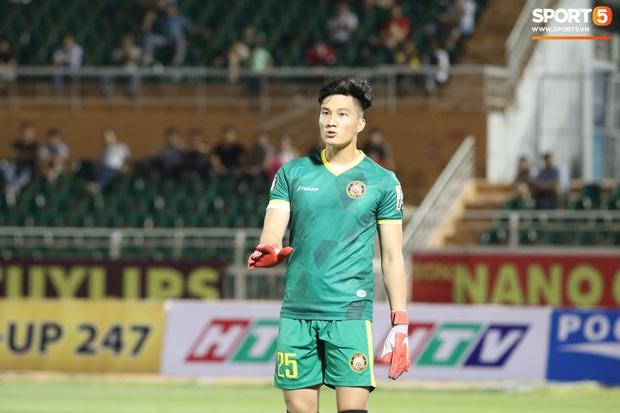 Nổi da gà xem cảnh cựu thủ môn U23 Việt Nam đuổi rắn hổ mang trong vườn nhà - Ảnh 2.