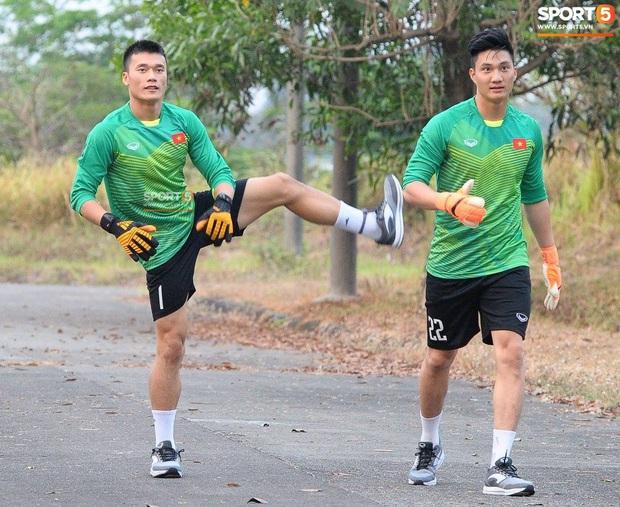 Nổi da gà xem cảnh cựu thủ môn U23 Việt Nam đuổi rắn hổ mang trong vườn nhà - Ảnh 3.