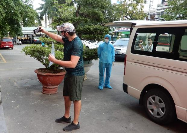 Tin vui: Bệnh nhân Covid-19 thứ 4 ở Đà Nẵng khỏi bệnh, vui mừng chụp ảnh selfie trước khi được về nhà - Ảnh 2.