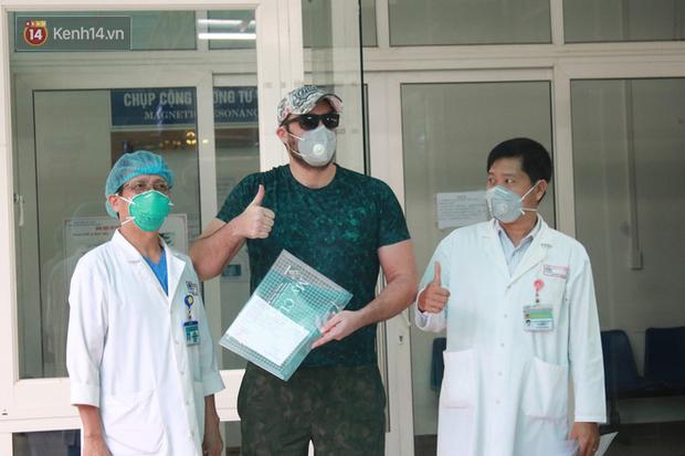 Tin vui: Bệnh nhân Covid-19 thứ 4 ở Đà Nẵng khỏi bệnh, vui mừng chụp ảnh selfie trước khi được về nhà