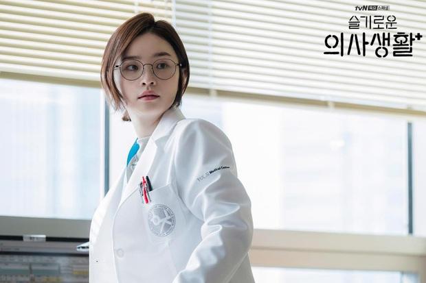 """7 """"chị đại"""" ngành y ngầu nhất phim Hàn: Park Shin Hye tay không quật côn đồ cũng chưa át vía được nữ chính Hospital Playlist - Ảnh 17."""