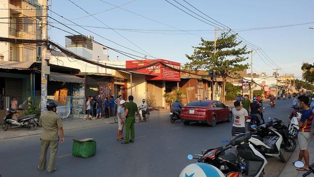 Người đàn ông đi ô tô bị chém lìa tay trên đường phố Sài Gòn - Ảnh 1.