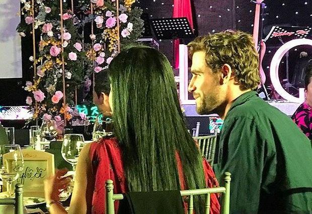 Mải mê livestream tại nhà riêng, Hồng Nhung vô tình để lộ diện mạo bạn trai tin đồn ngoại quốc? - Ảnh 4.