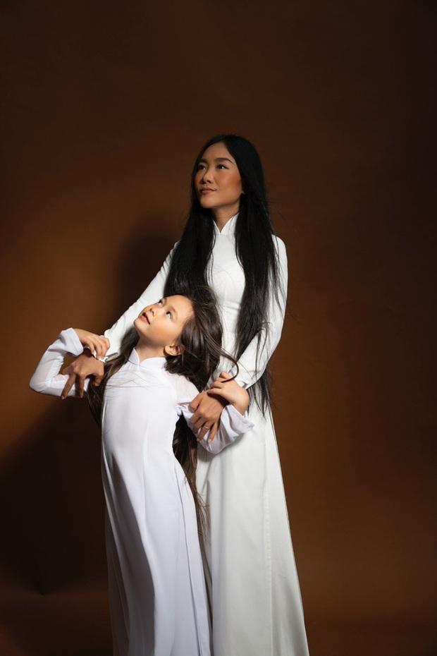 Thiên thần lai nhà Đoan Trang mới 6 tuổi đã ra dáng tiểu mỹ nhân, trổ tài make up chuyên nghiệp đến mức mẹ cũng bất ngờ - Ảnh 4.