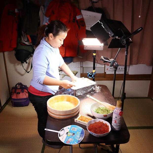 """Loạt ảnh hậu trường chưa từng được tiết lộ đằng sau những vlog triệu views của Quỳnh Trần JP, xem xong càng thấy thán phục """"mẹ bỉm sữa"""" này! - Ảnh 13."""