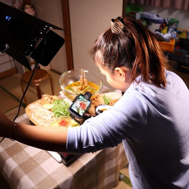 """Loạt ảnh hậu trường chưa từng được tiết lộ đằng sau những vlog triệu views của Quỳnh Trần JP, xem xong càng thấy thán phục """"mẹ bỉm sữa"""" này! - Ảnh 3."""