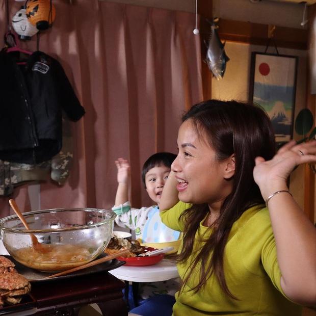 """Loạt ảnh hậu trường chưa từng được tiết lộ đằng sau những vlog triệu views của Quỳnh Trần JP, xem xong càng thấy thán phục """"mẹ bỉm sữa"""" này! - Ảnh 9."""