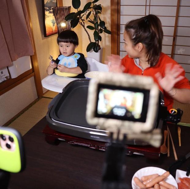 """Loạt ảnh hậu trường chưa từng được tiết lộ đằng sau những vlog triệu views của Quỳnh Trần JP, xem xong càng thấy thán phục """"mẹ bỉm sữa"""" này! - Ảnh 7."""