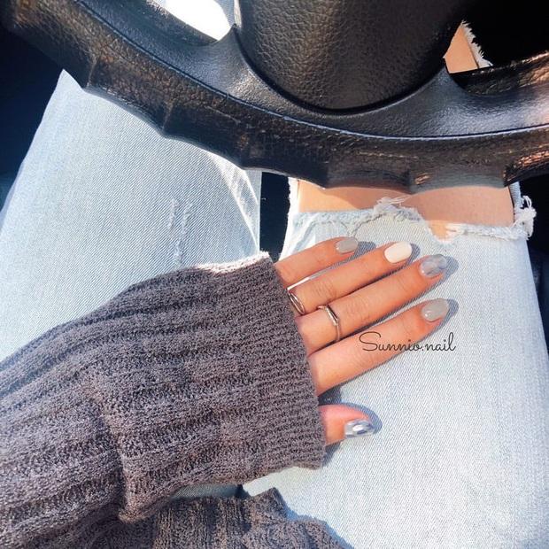 Bộ nail làm tăng thần thái là có thật: 12 mẫu nail sang-xịn-mịn bạn nên ghim ngay đợi ngày bung lụa - Ảnh 1.