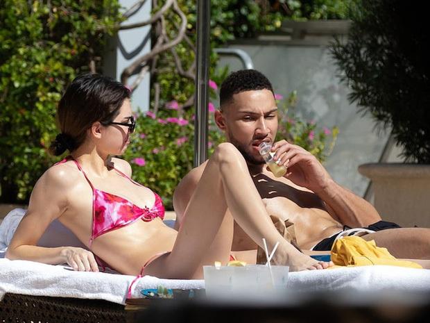 Kendall Jenner đi nghỉ mát giữa mùa dịch Covid-19, chẳng những không đi cùng bạn trai mà còn bị bắt gặp tình tứ bên cạnh sao NBA khác - Ảnh 5.