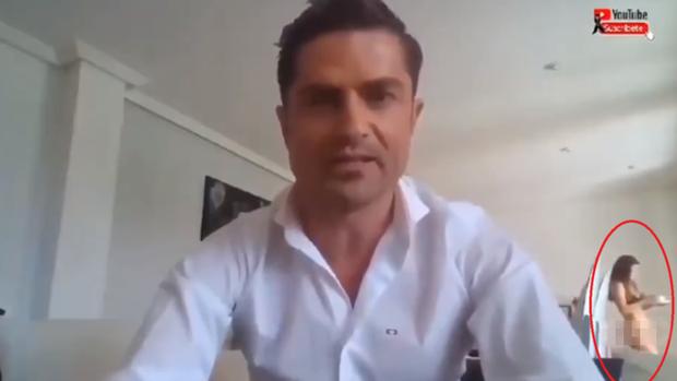 Livestream tại nhà, nam MC nổi tiếng không ngờ tuesday lại khỏa thân đi ngang làm lộ hết chuyện hẹn hò vụng trộm - Ảnh 1.