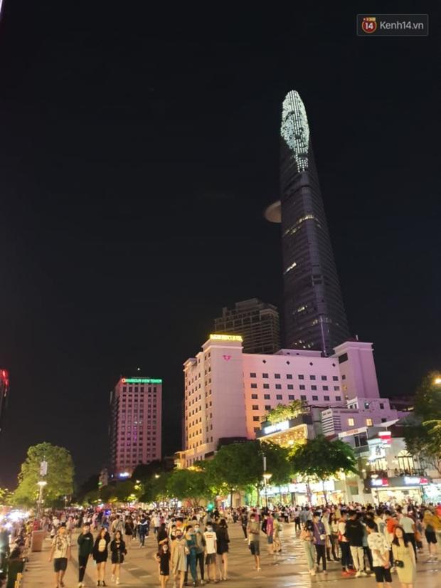 Ảnh: Đường phố Hà Nội và Sài Gòn đông đúc, nhiều quán bia ở Tạ Hiện chật kín khách tối 30/4 - Ảnh 4.