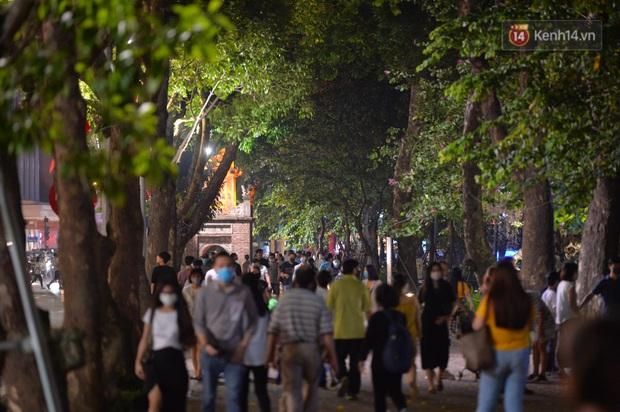 Ảnh: Đường phố Hà Nội và Sài Gòn đông đúc, nhiều quán bia ở Tạ Hiện chật kín khách tối 30/4 - Ảnh 18.