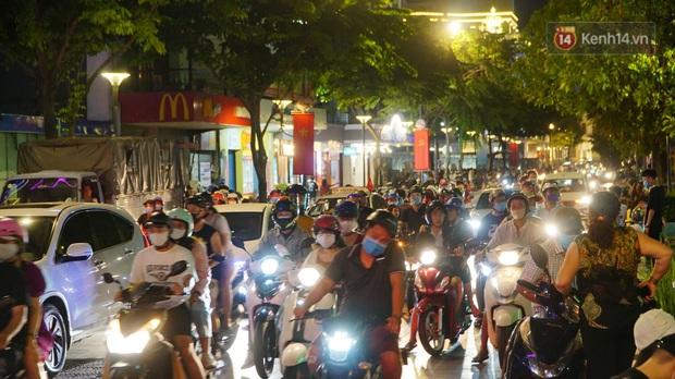 Ảnh: Đường phố Hà Nội và Sài Gòn đông đúc, nhiều quán bia ở Tạ Hiện chật kín khách tối 30/4 - Ảnh 6.
