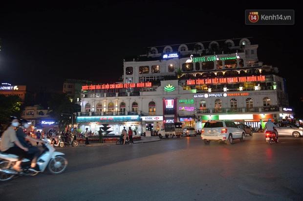 Ảnh: Đường phố Hà Nội và Sài Gòn đông đúc, nhiều quán bia ở Tạ Hiện chật kín khách tối 30/4 - Ảnh 22.