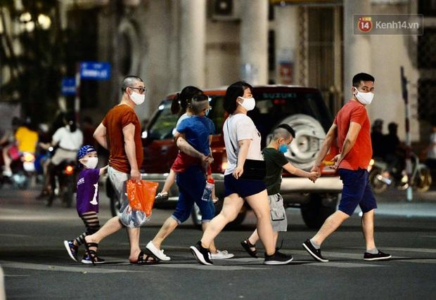 Ảnh: Đường phố Hà Nội và Sài Gòn đông đúc, nhiều quán bia ở Tạ Hiện chật kín khách tối 30/4 - Ảnh 17.