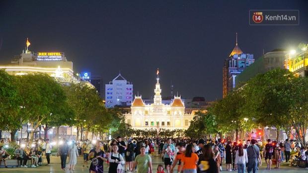 Ảnh: Đường phố Hà Nội và Sài Gòn đông đúc, nhiều quán bia ở Tạ Hiện chật kín khách tối 30/4 - Ảnh 7.