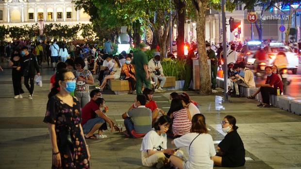 Ảnh: Đường phố Hà Nội và Sài Gòn đông đúc, nhiều quán bia ở Tạ Hiện chật kín khách tối 30/4 - Ảnh 8.