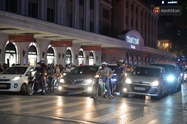 Ảnh: Đường phố Hà Nội và Sài Gòn đông đúc, nhiều quán bia ở Tạ Hiện chật kín khách tối 30/4 - Ảnh 14.