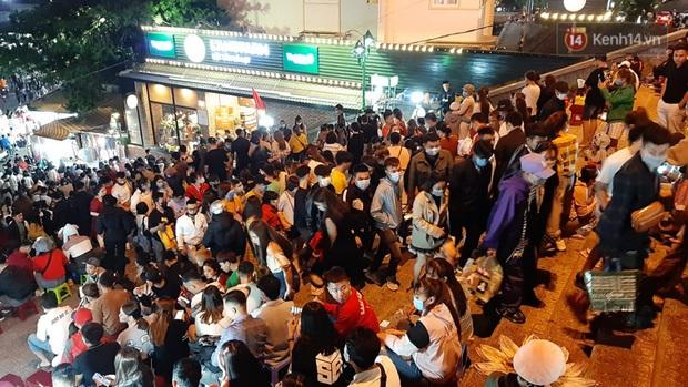 Ảnh: Đường phố Hà Nội và Sài Gòn đông đúc, nhiều quán bia ở Tạ Hiện chật kín khách tối 30/4 - Ảnh 11.