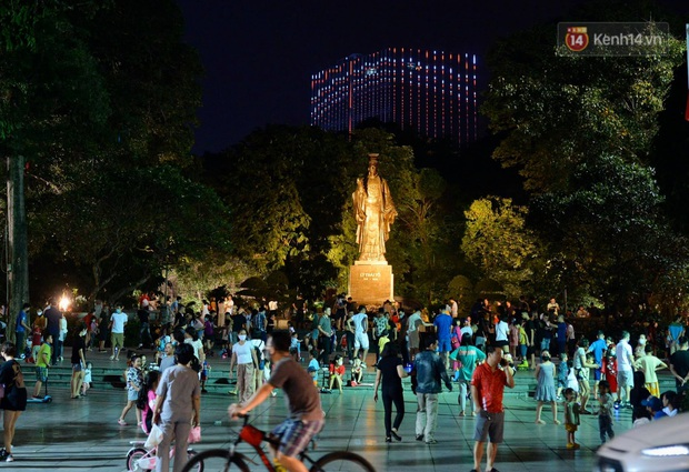 Ảnh: Đường phố Hà Nội và Sài Gòn đông đúc, nhiều quán bia ở Tạ Hiện chật kín khách tối 30/4 - Ảnh 21.