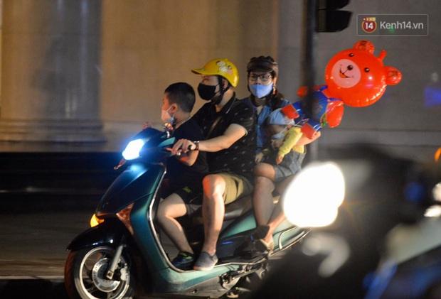 Ảnh: Đường phố Hà Nội và Sài Gòn đông đúc, nhiều quán bia ở Tạ Hiện chật kín khách tối 30/4 - Ảnh 16.