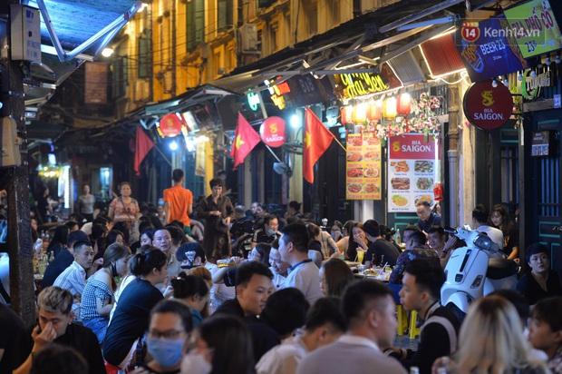 Ảnh: Đường phố Hà Nội và Sài Gòn đông đúc, nhiều quán bia ở Tạ Hiện chật kín khách tối 30/4 - Ảnh 25.