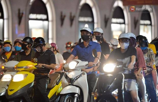 Ảnh: Đường phố Hà Nội và Sài Gòn đông đúc, nhiều quán bia ở Tạ Hiện chật kín khách tối 30/4 - Ảnh 13.