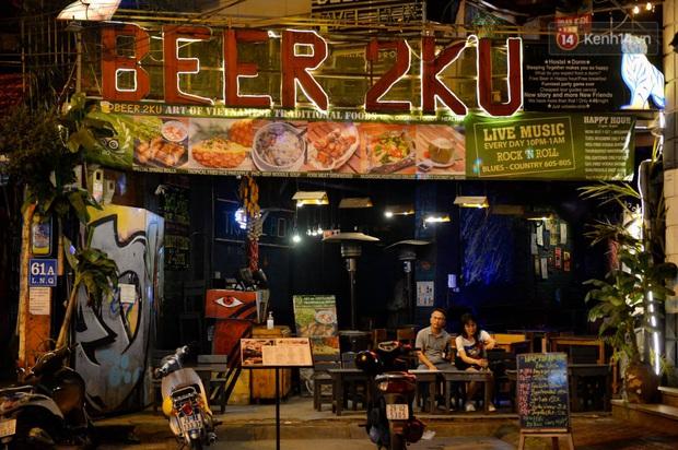 Ảnh: Đường phố Hà Nội và Sài Gòn đông đúc, nhiều quán bia ở Tạ Hiện chật kín khách tối 30/4 - Ảnh 27.