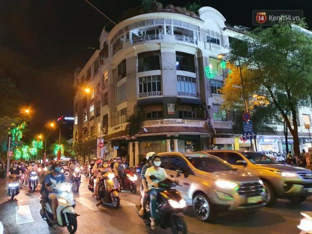 Ảnh: Đường phố Hà Nội và Sài Gòn đông đúc, nhiều quán bia ở Tạ Hiện chật kín khách tối 30/4 - Ảnh 1.
