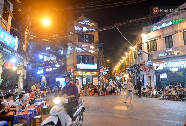 Ảnh: Đường phố Hà Nội và Sài Gòn đông đúc, nhiều quán bia ở Tạ Hiện chật kín khách tối 30/4 - Ảnh 24.