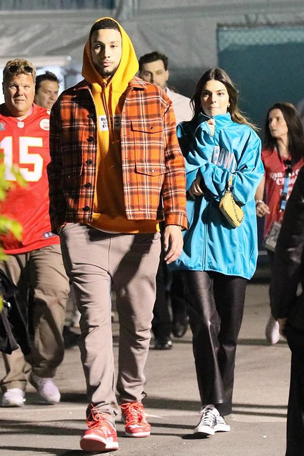 Kendall Jenner đi nghỉ mát giữa mùa dịch Covid-19, chẳng những không đi cùng bạn trai mà còn bị bắt gặp tình tứ bên cạnh sao NBA khác - Ảnh 6.