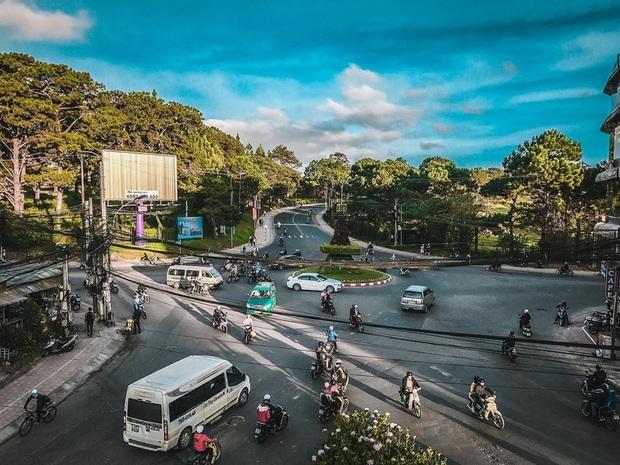 Khung cảnh trái ngược khi dân tình đang đổ xô lên Đà Lạt lúc này: Đường đi từ các tỉnh chật cứng, trong khi trung tâm thành phố vẫn khá thông thoáng - Ảnh 8.