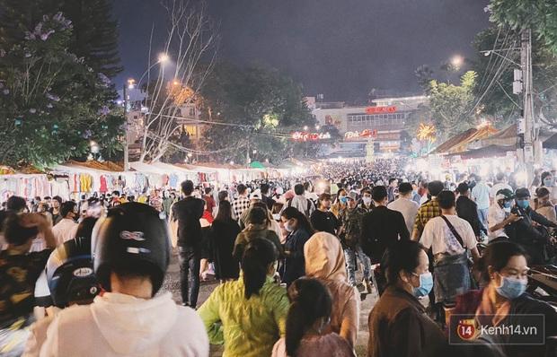 Giới trẻ hào hứng đi chơi và chụp ảnh sống ảo ở Đà Lạt trong buổi tối nghỉ lễ đầu tiên, khu vực trung tâm ngập trong biển người - Ảnh 1.